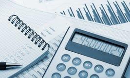 tonad finansiell rapport för blå räknemaskin arkivfoton