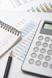 tonad finansiell rapport för blå räknemaskin arkivbilder