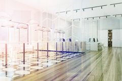 Tonad inre sida för rutigt golvkontor Arkivbild