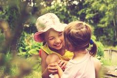 Tonad sommarstående av små flickor Arkivfoton