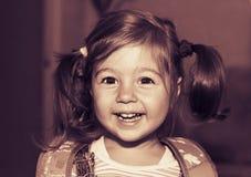 Tonad stående av lyckligt le för liten flicka royaltyfri fotografi
