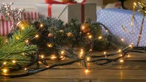 Tonad video för closeup 4k av kameran som panorerar längs julgåvan och garneringar på träskrivbordet arkivfilmer