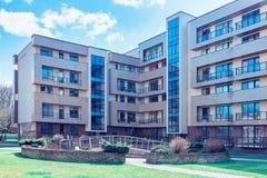 Tonade det bostads- byggnadskomplexet för den moderna europeiska lägenheten royaltyfria bilder