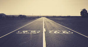 Tonade retro mörker för gammal film fotoet av Route 66, Kalifornien, USA Arkivfoto