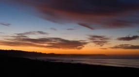 Tonalidades anaranjadas saturadas dramáticas de la salida del sol de la Costa del Pacífico sobre el océano Imágenes de archivo libres de regalías