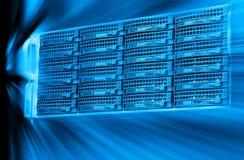 Tonalità blu del primo piano e della sfuocatura del centro dati dello scaffale di attrezzatura del server del server della lama Fotografie Stock Libere da Diritti