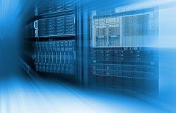 Tonalità blu del primo piano e della sfuocatura del centro dati dello scaffale di attrezzatura del server del server della lama Fotografia Stock Libera da Diritti