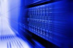 Tonalità blu del primo piano e della sfuocatura del centro dati dello scaffale di attrezzatura del server del server della lama Immagine Stock Libera da Diritti