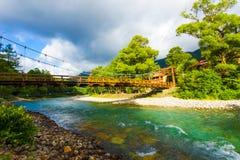 Tonalità leggera drammatica del ponte di Bashi della kappa di Kamikochi Immagine Stock Libera da Diritti