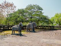 Tonalità, Vietnam - 16 marzo 2017: Le sculture lapidate all'esterno hanno individuato vicino dell'imperatore nella tonalità, Viet fotografia stock libera da diritti