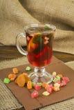 Tonalité du thé de gingembre avec le citron et la menthe Tasse en verre de thé avec du gingembre et citron et fruit glacé sur un  images libres de droits