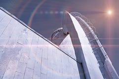Tonar stads- bakgrund för arkitektur i monokrom med stiliserade kosmiska reflekterade ljus över arkitekturdetaljer royaltyfria foton