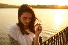 Tonat foto av den ledsna damen på solnedgångbakgrunden royaltyfri fotografi