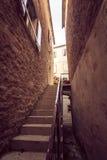 Tonat foto av den stora trappan på den smala gatan Arkivfoto