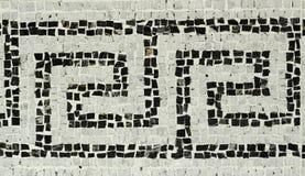Tonat kallt specificerade stängt upp av historiskt vitt & svart mosaikgolv med geometriska modeller från slotten nordliga Italien arkivfoto
