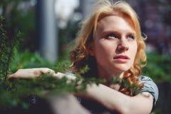 Tonat ljust rödbrun foto för buske för filial för gräsplan för flickainnehavhänder Arkivfoto