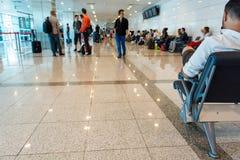 tonat vänta för flygplats blå lokal Arkivfoton