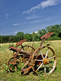 Tondeuse à gazon et haymaker rouillés traditionnels Photos stock