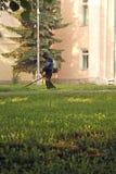 Tondeuse à gazon, herbe de fauchage sur la pelouse image libre de droits