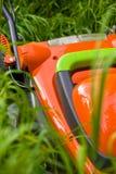 Tondeuse dans la longue herbe Image stock