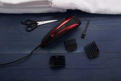 Tondeuse dans le salon de coiffure photographie stock