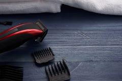 Tondeuse et ciseaux le salon de coiffure sur un tabl en bois Images libres de droits