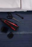 Tondeuse et ciseaux le salon de coiffure sur un tabl en bois Photos libres de droits