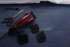 Tondeuse et ciseaux le salon de coiffure sur un tabl en bois Photos stock