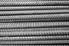 Tondo per cemento armato - in bianco e nero - primo piano delle barre d'acciaio orizzontalmente impilate di rinforzo di divisione Fotografie Stock Libere da Diritti