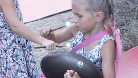 Tone Flap-trommel speelmeisje stock videobeelden