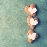 Toned textured corações concretos da cookie do fundo Fotografia de Stock Royalty Free