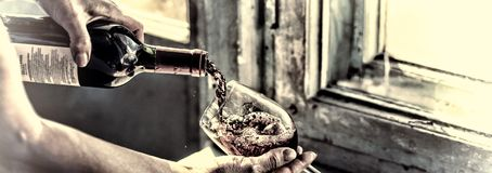toned Vinho de derramamento em um fundo velho foto de stock