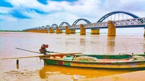 Toneel brede mening van de brug van de boogspoorweg op een rivier stock foto's