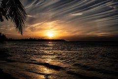 Toneel Caraïbische zonsondergang in Las Terrenas, Dominicaanse Republiek stock foto