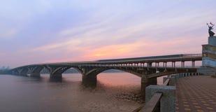 Toneel de herfstlandschap tijdens zonsopgang Kyiv, de Oekraïne royalty-vrije stock fotografie