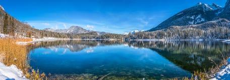 Toneel de winterlandschap in Beierse Alpen met idyllisch bergmeer Hintersee royalty-vrije stock foto's
