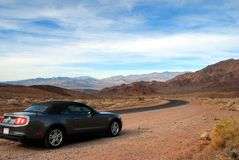 Toneel de woestijnweg van de auto Stock Foto