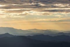 Toneel de zonsondergangochtend van de berg zachte mist bij thongphaphum, kanchanaburi stock foto's
