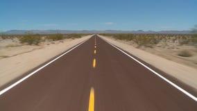 Toneel drijf lange rek van woestijnweg stock footage