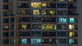 Toneel gloeiende vensters van wolkenkrabbers bij avond timelapse stock videobeelden