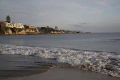 Toneel het landschaps Vreedzame Oceaangolven en wolken van New Port Beach Royalty-vrije Stock Foto's