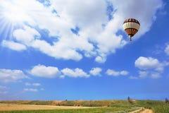 Toneel hete luchtballon in vrije vlucht royalty-vrije stock fotografie