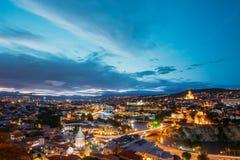 Toneel Hoogste Mening van Tbilisi Georgia In Evening Illumination With Royalty-vrije Stock Afbeeldingen