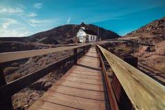 Toneel houten brug en stad in oude woestijnstad bij de woestijn van Arizona Stock Afbeeldingen
