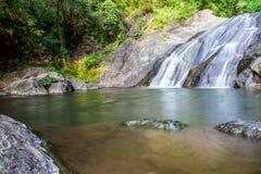 Toneel kleine waterval bij het noorden in Thailand Stock Afbeeldingen