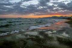Toneel kleurrijke zonsondergang bij de overzeese kust met dramatische wolken over de Middellandse Zee Royalty-vrije Stock Foto