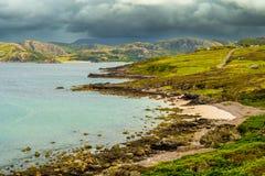 Toneel Kustlandschap met Wit Strand en Groen Oceaanwater in Schotland royalty-vrije stock foto's