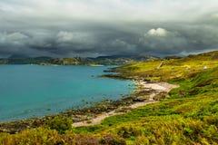 Toneel Kustlandschap met Wit Strand en Groen Oceaanwater in Schotland stock afbeeldingen