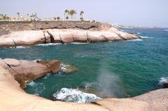 Toneel kustlandschap van vulkanische rotsen in Costa Adeje op Tenerife Stock Afbeeldingen