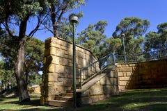 Toneel lichte post en baksteentrap in Neil Hawkins Park in Joondalup Stock Foto's